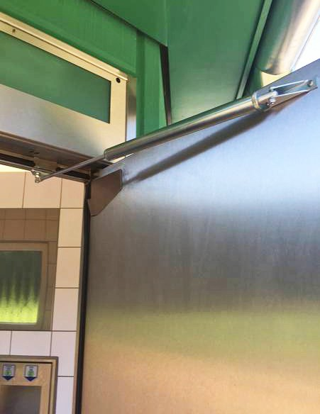 Der DICTATOR Türöffnungsbegrenzer schützt vor Beschädigung der Tür und der Türbänder durch Aufstoßen/Aufwerfen