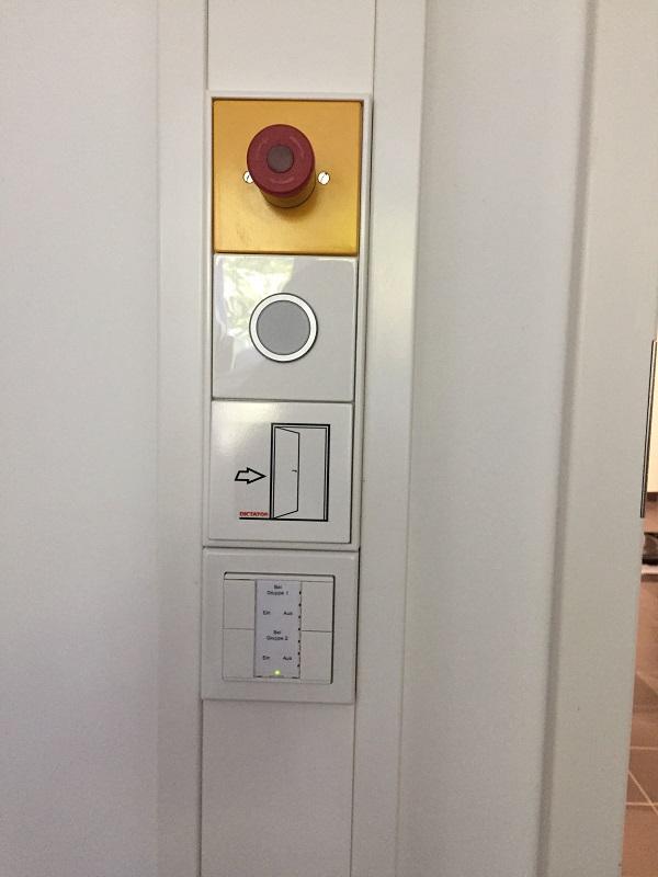 Regulierbare Öldämpfer kontrollieren die Öffnungsbewegung des Zufahrtstores. Das hochwertige Zufahrtstor ist beim Öffnen kaum zu halten.