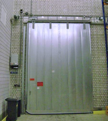 In the closed position the door is also lowered to make sure the liquid barrier closes in a leak-proof way.