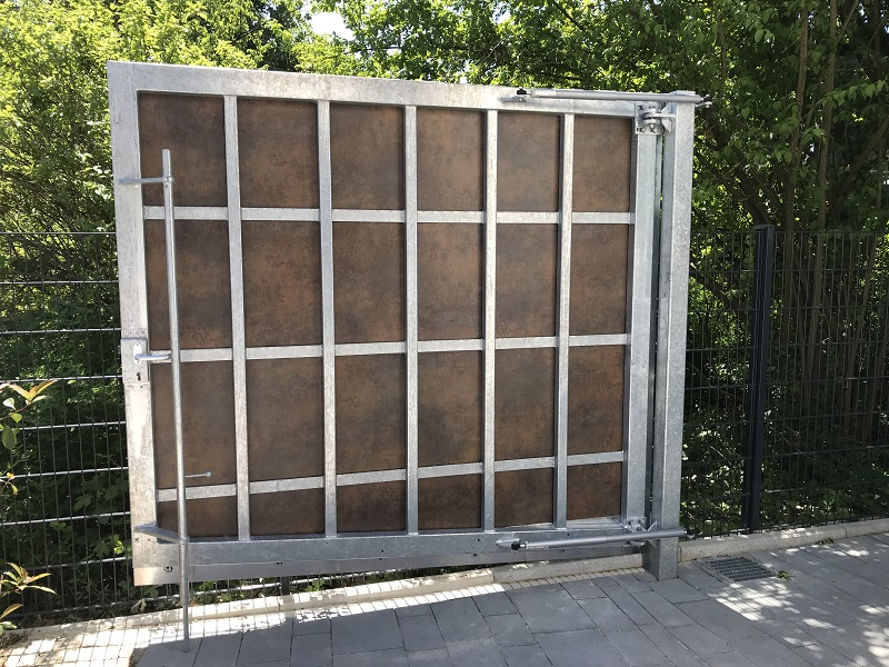 This is the case of a hinged access gate which was covered with the same panels as the house facade and therefore couldn't be identified as a gate at first glance