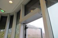 Drehtürantrieb Eingangstüren Wind geöffnete Tür
