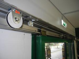 Die Federseilrolle sorgt für das Schließen der Tür, die Schließgeschwindigkeit wird über einen Radialdämpfer kontrolliert