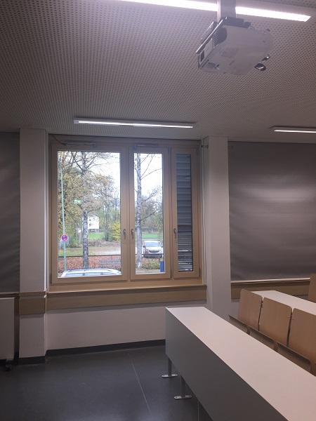 Fenster mit Öffnungsbegrenzer im Physiksaal