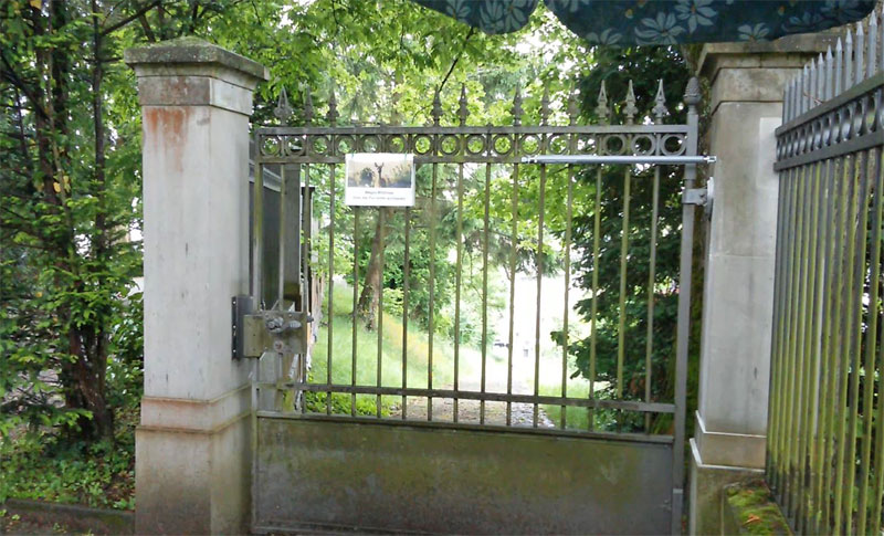 Précédemment un panneau engageait les visiteurs à fermer les portes à cause des chevreuils – malheureusement sans succès.