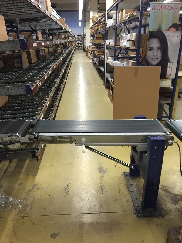 Usually the mobile element of the conveyor belt system is closed.