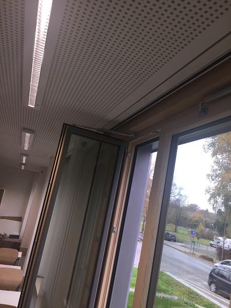 Geöffnetes Fenster mit Öffnungsbegrenzer