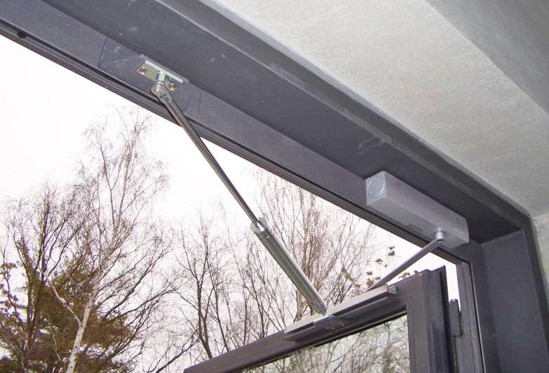 Obentürschließer ergänzt durch Türöffnungsbegrenzer: sicherer Halt der Türe