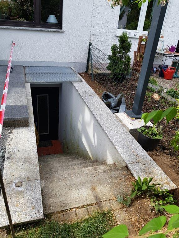 Pistones a gas abren trampilla de acceso al sótano