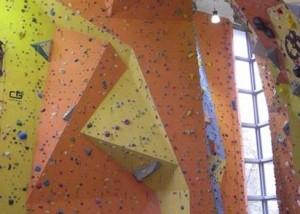 Kletterwand Revisionstür Türöffnungsbegrenzer beschädigte Türbänder