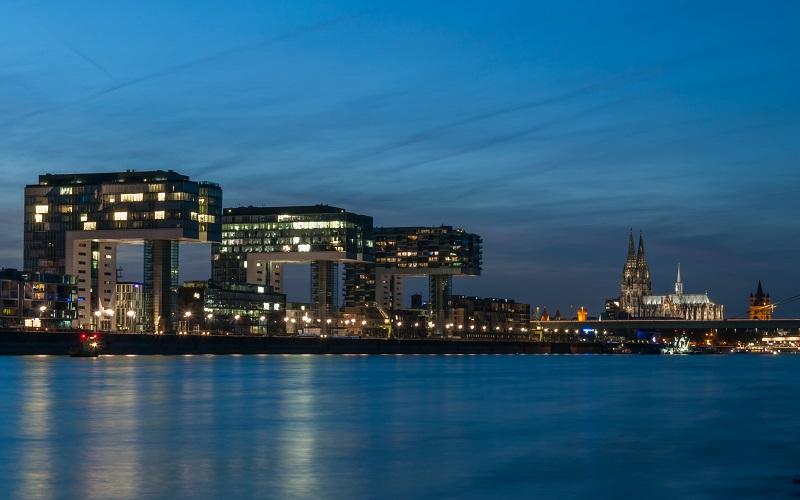 Die Kranhäuser in Köln – den Hafenkränen des früheren Rheinhafens nachempfunden