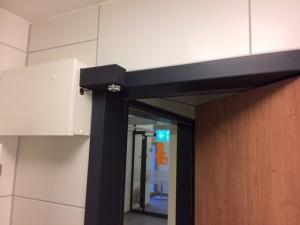 Türschließer Falttüren. Das Seil zur Übertragung der Schließkraft wird am vorderen Faltelement der Tür befestigt.