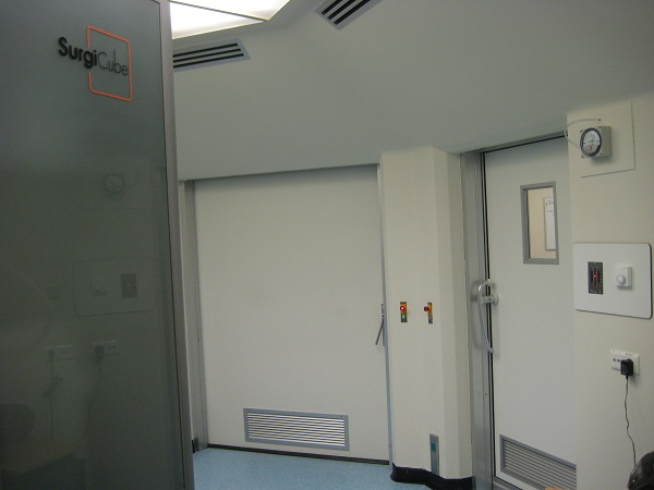 Interlock operating terminals between the two operating room doors. A door can only be opened if all other doors of the interlock system are closed.