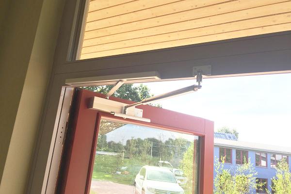 Limitador de aperturas junto a cierre aéreo en escuela