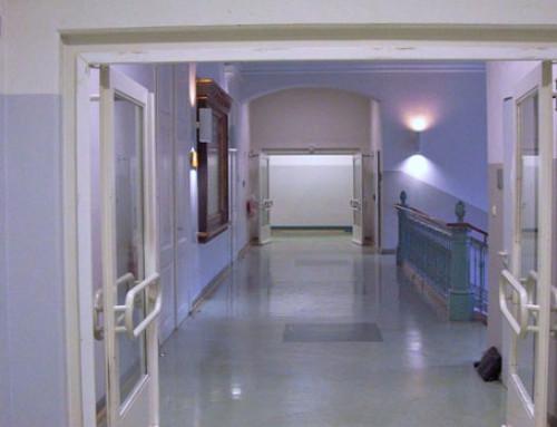 Feststellanlage schützt Schulgebäude und Schüler