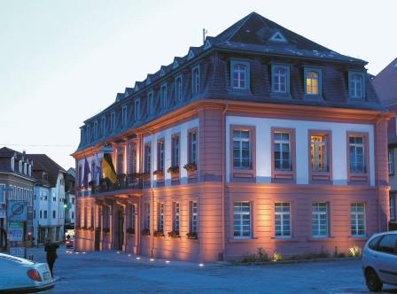 Der Rohrtürschließer RTS ermöglicht im Türbereich architektonisch anspruchsvolle Lösungen. Modernste Türtechnik für die Rathaustür des Rathaus Leimen.