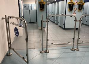 Cierrapuertas tubular invisible en puerta de acceso a piscina