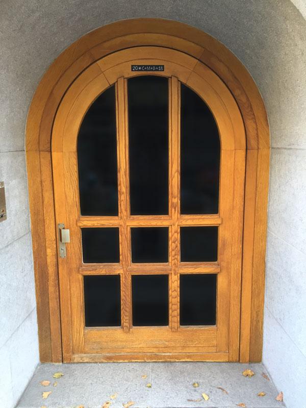 Türschließer DIREKT an Haustür mit Rundbogentür