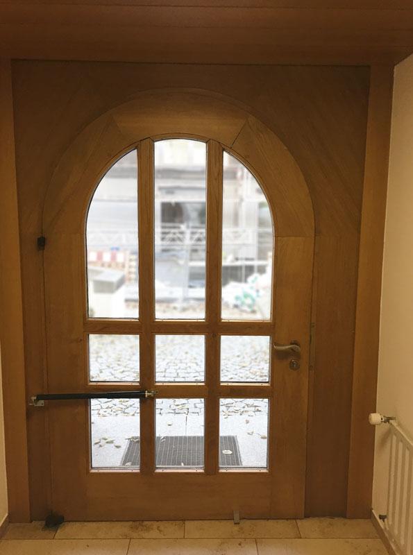 Normale Türschließer lassen sich auch an Rundbogentüren anbringen.