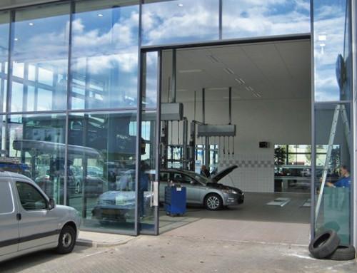 Automatisiertes Einfahrtstor im Autohaus