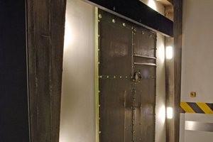"""Der Schiebetürschließer DICTAMAT 50 öffnet """"Escape"""" Türen wie von Geisterhand Schiebetürschließer Türen öffnen"""