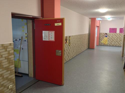 Wie kann man bei Fluchtwegtüren oder Türen in öffentlichen Gebäuden den Türöffnungswinkel begrenzen – ohne Türstopper am Boden?