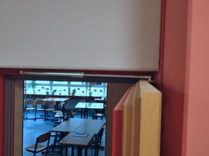 Die DICTATOR Türöffnungsbegrenzer werden oben an Türrahmen und Tür angebaut.