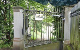 Zugangstor zu einem Friedhof mit Türschließer DIREKT