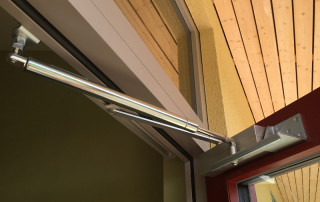 Offene Tür mit Türöffnungsbegrenzer und Obentürschließer