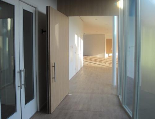 Bodentürschließer WAB 180 schließt auch große Türen mit versetztem Drehpunkt