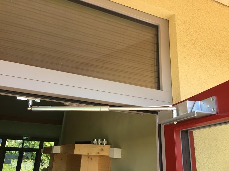 Mit Hilfe von speziell für Türen mit Obentürschließer entwickelten Befestigungskonsolen war es keinerlei Problem, zusätzlich einen Türöffnungsbegrenzer anzubringen.