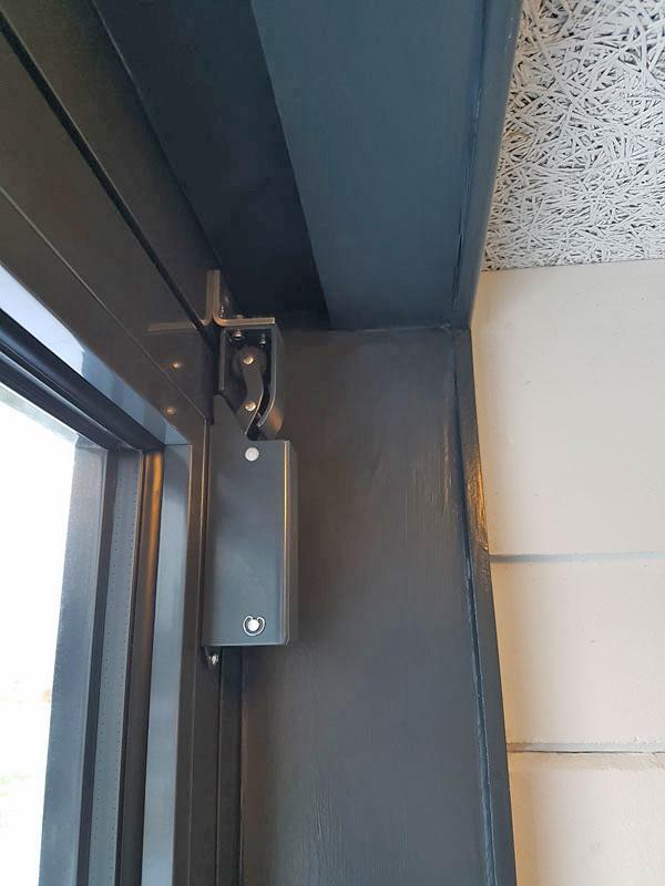 Mit Hilfe des Winkels kann der Türdämpfer R1400 auch bei Türen eingesetzt werden,