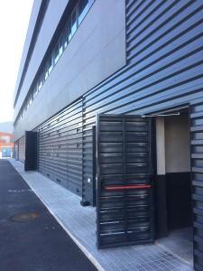 Die Türen öffnen direkt auf einen Gehweg, Türöffnungsbegrenzer Hallentüren