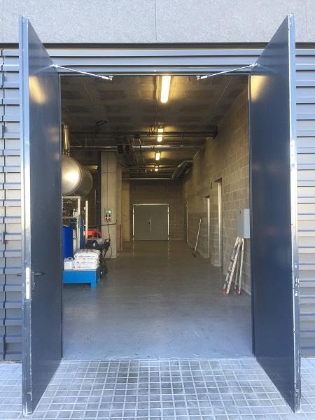 Die nach außen öffnenden Türen sind bis zu 3 m hoch und wiegen bis zu 170 kg!