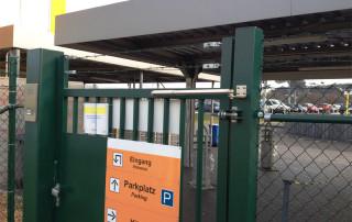 Türschließer an Zugangstor zu einem Firmengelände