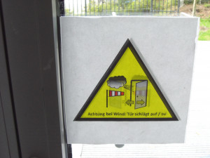 Aufschlagende Drehtüren durch Windböen - Türöffnungsbegrenzer