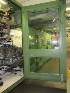 Die großen Wartungstüren der Produktionsanlage für Damenhygieneartikel werden mit dem Türfeststeller ZE 160 sicher offen gehalten