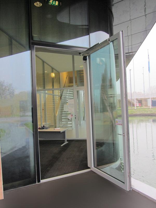 Die geöffnete Tür bietet dem Wind eine große Angriffsfläche – aber der DICTAMAT 310-21 XXL hat sie sicher im Griff